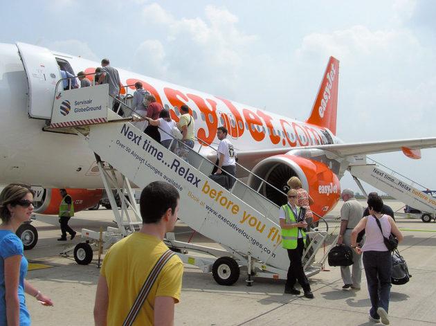 1200px-Boarding.easyjet.a319.arp