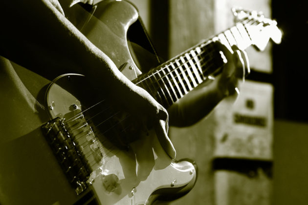 1280px-Guitar_play